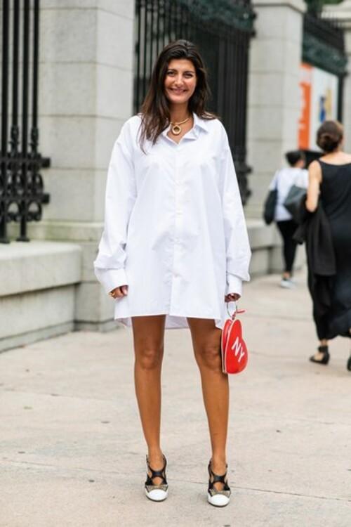 Довгу білу сорочку влітку можна носити як сукню і зовсім не страждати від спеки