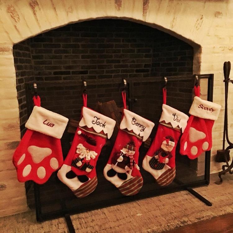 Жизель Бюндхен развесила у камина именные носки с подарками