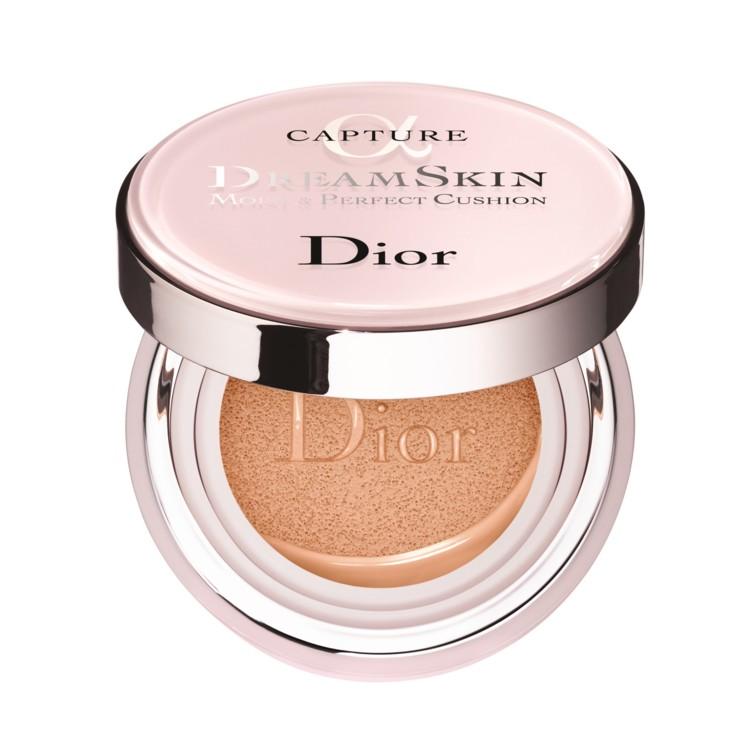 Кушон Dreamskin Moist & Perfect Cushion Capture SPF 50, Dior, защищает от солнца, нейтрализует покраснения и жирный блеск, увлажняет и осветляет пигментацию благодаря растительному глицерину, экстрактам лонгозы и жасмина в составе