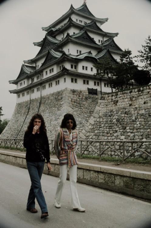 Джон Дикон и Фредди Меркьюри в Нагое в 1975 году