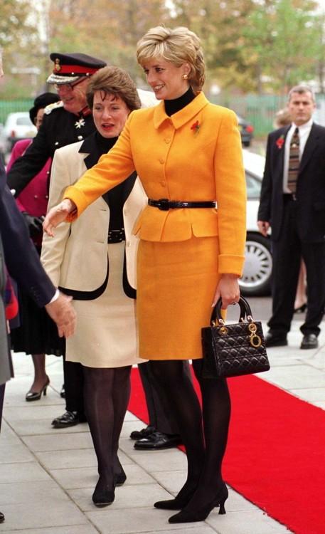 Принцесса Диана в Versace и с сумкой Dior в Ливерпульской больнице