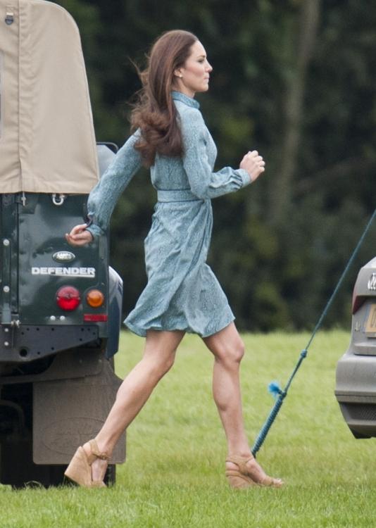 Пока принцы Уильям и Гарри играют в конное поло, Кейт Миддлтон болеет за них вместе с главным домочадцем королевской семьи – кокер-спаниелем Лупо, который во время поло порывался убежать