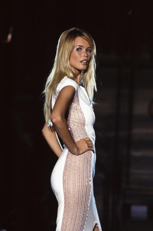 Клаудия Шиффер во время показа Versace Haute Couture осень-зима 1995/1996