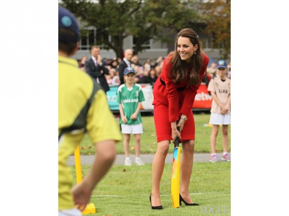 Кейт Миддлтон играет в крикет (апрель 2014)