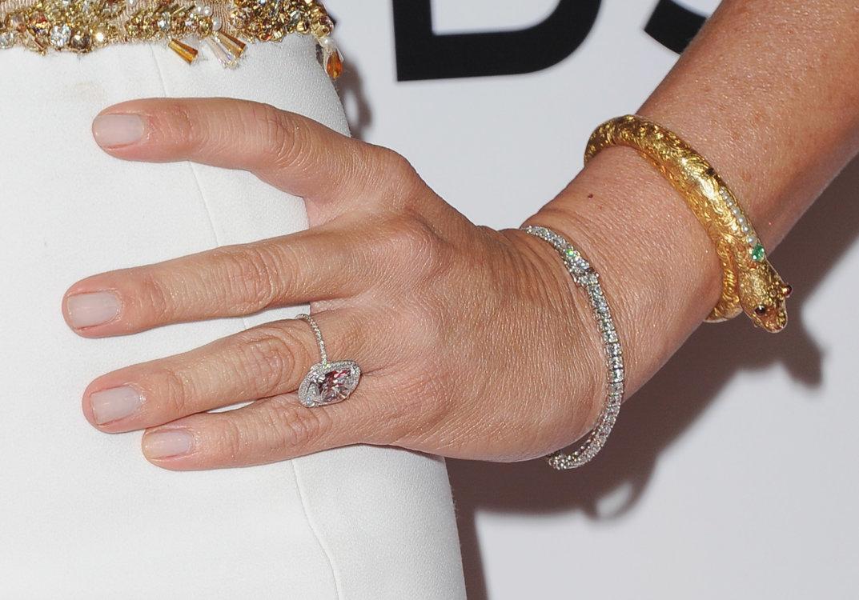 Обручальное кольцо Софии Вергары с большим крупным 7-каратным бриллиантом в окружении мелких бриллиантов