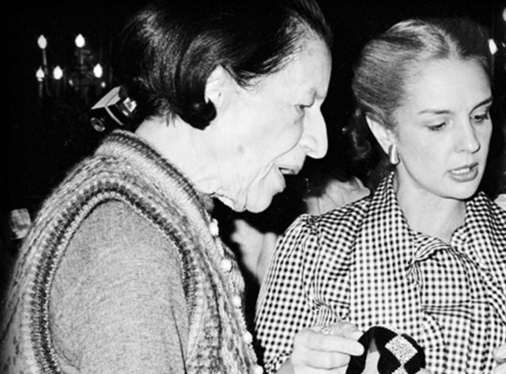 Вона хотіла заснувати бізнес по дизайну текстилю, але Діана Вріланд переконала її запустити лінію одягу
