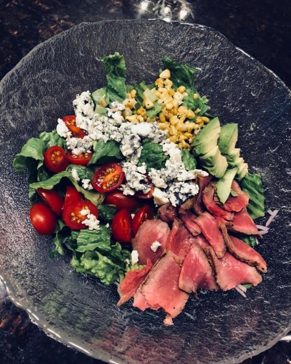 Салат со стейком, голубым сыром, авокадо, помидорами-гриль, зеленью и кукурузой @whiteshoecatering