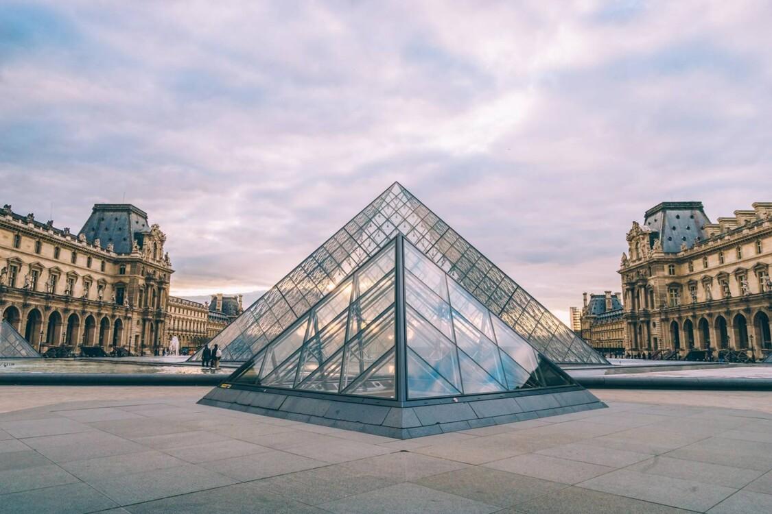 Чтобы запечатлеть пирамиду Лувра, приходите к ней на закате во вторник. Во-первых, в это время суток свет будет отражаться особенно удачно. Во-вторых, музеи Парижа закрыты по вторникам, поэтому есть шанс избежать толп туристов.