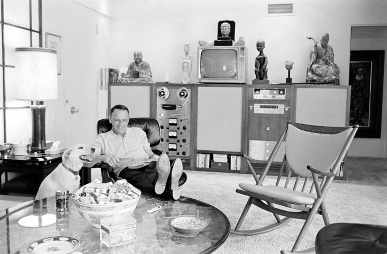 Фрэнк Синатра со своей собакой Ринго дома в Калифорнии, 1968 год