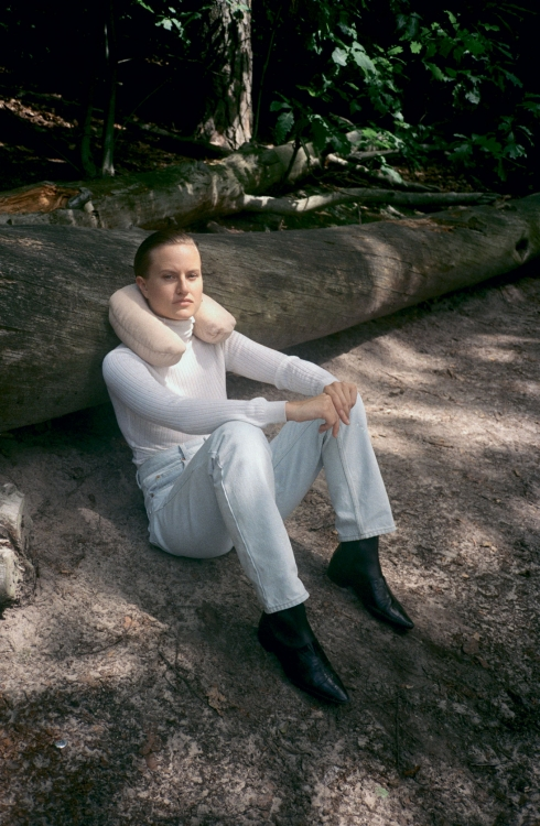Шерстяная водолазка, CoURRèGES; джинсы, MARTINE RoSE; кожаные ботинки, серьги, серебро, все – DIoR. Prosthetics, литая резина, пигмент кожи, 2015