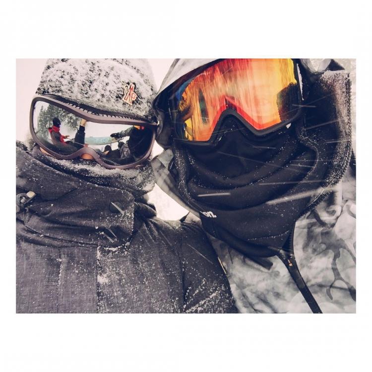Рози Хантингтон-Уайтли проводит время, катаясь на сноуборде