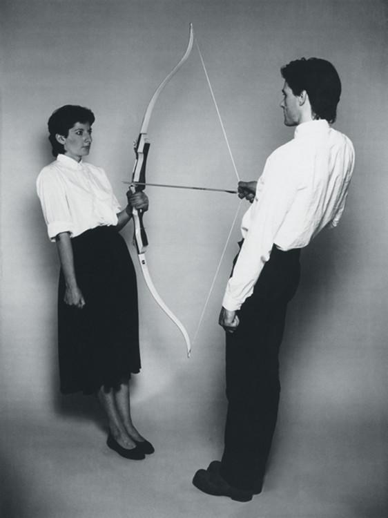 Марина Абрамович и Улай, перформанс «Энергия покоя», 1980. Один из самых опасных перформансов в истории искусства. Художники держали стрелу телами, любая неосторожность могла стать смертельной.