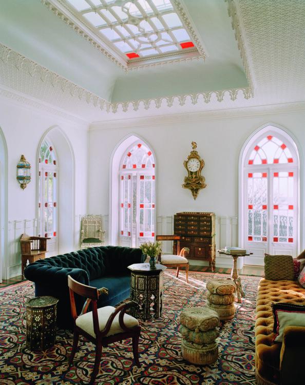 Гостиная, где Лубутен привык наслаждаться кофе. Потолок украшен лепниной, которую изготовили на заказ умельцы из соседнего города Кашкайш