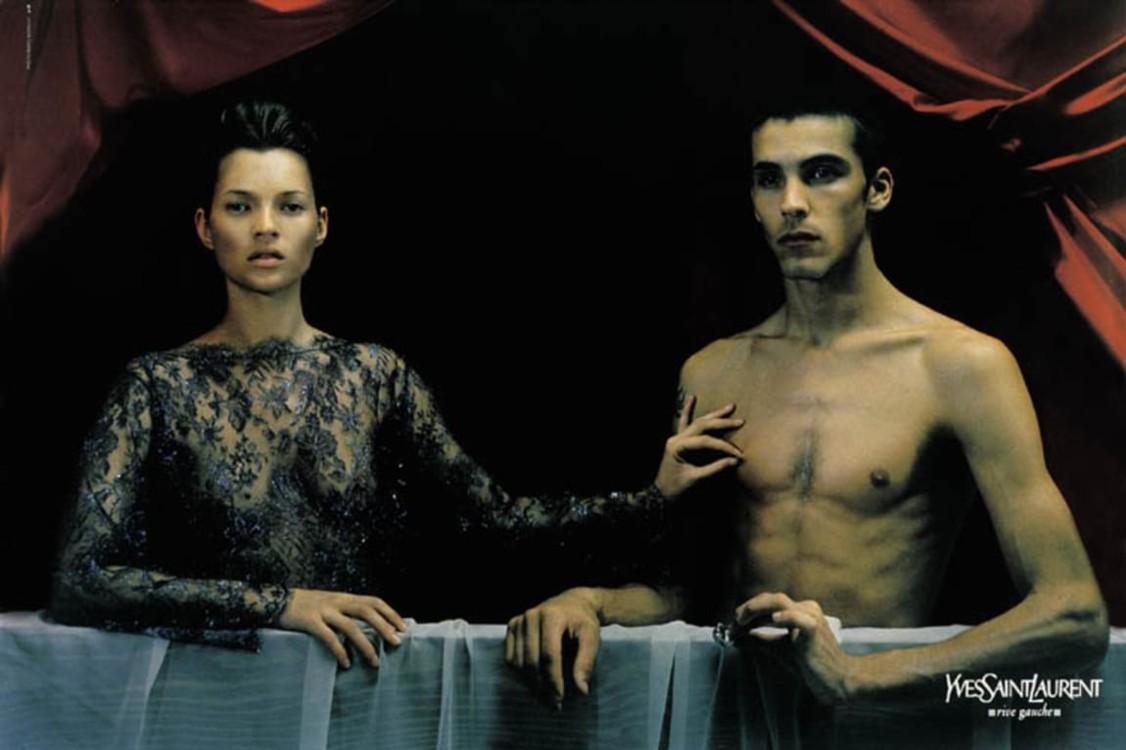 Кейт Мосс в объективе Марио Сорренти в рекламной кампании Yves Saint Laurent Rive Gauche весна-лето 1999 авторства Альбера Эльбаза. Источником вдохновения съемки послужила картина «Габриэль д'Эстре с сестрой»