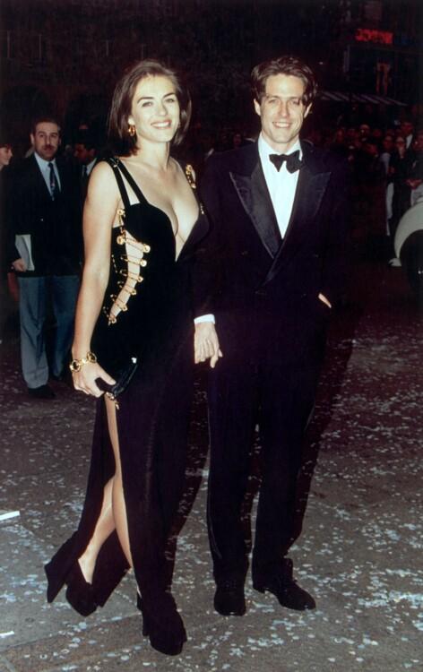 Элизабет Херли в Versace и Хью Грант на премьере фильма «Четыре свадьбы и один похороны» в Лондоне в 1994 году
