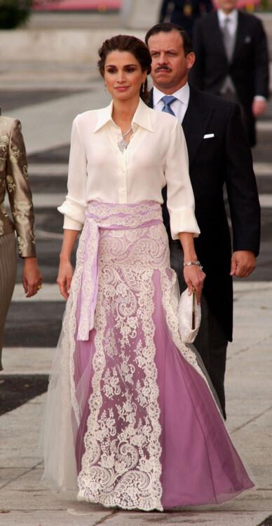 Королева Иордании Рания прибыла на свадьбу наследного принца Испании Фелипе де Бурбона и бывшей журналистки Летиции Ортис в соборе Альмудена 22 мая 2004 года в Мадриде