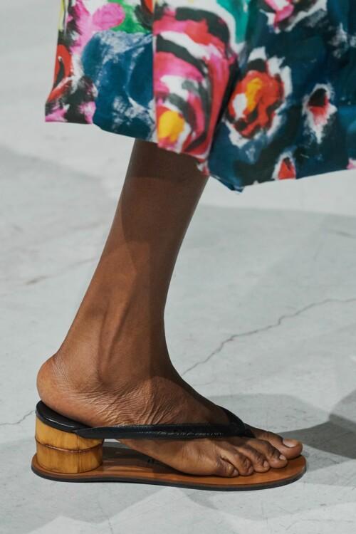 Обувь на деревянной подошве клоги фото