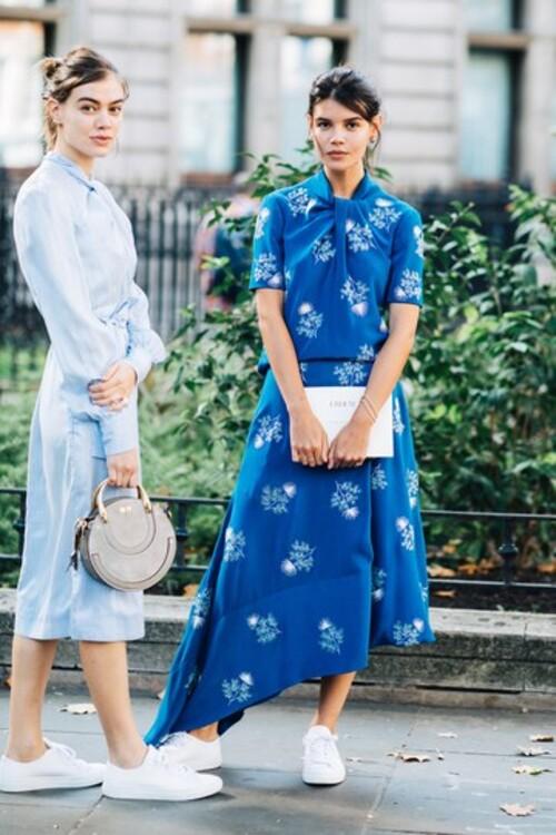 Романтичну сукню з квітковим візерунком дуже легко перетворити в повсякденну – варто лише замість туфель взути до неї прості білі кеди