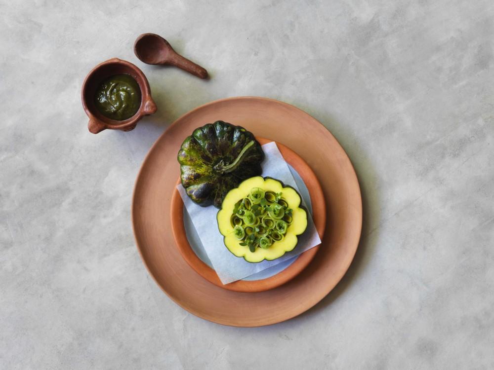 Из меню Noma Mexico: запеченная на гриле тыква c водорослями и помадкой из авокадо