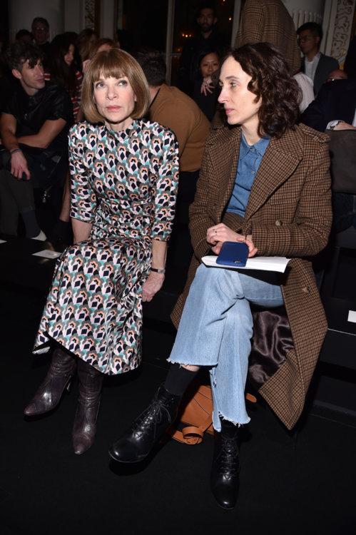 Анна Винтур (слева)