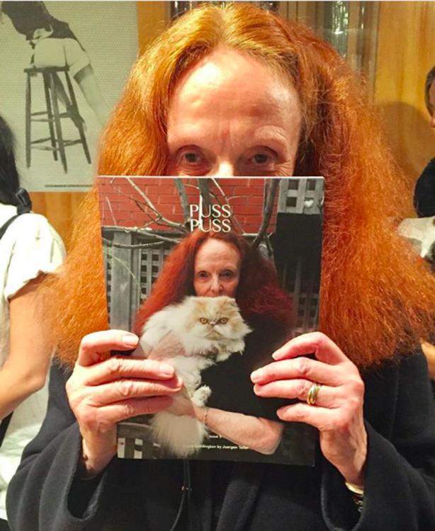 Грейс Коддінгтон з журналом Puss Puss