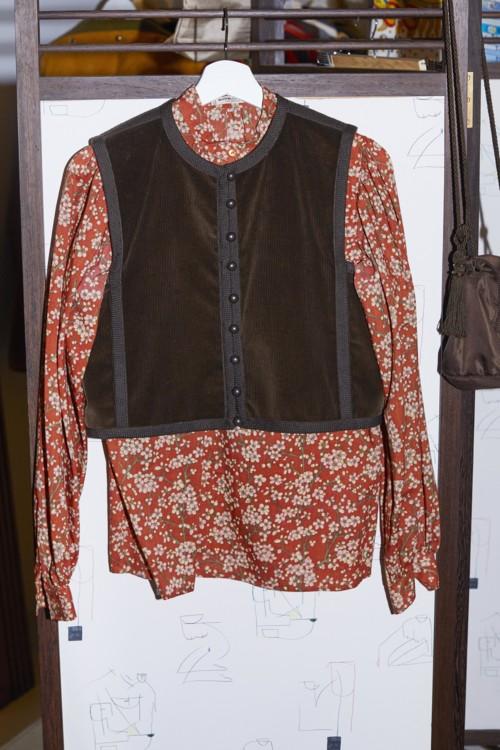 Хлопковая сорочка, замшевый жилет, все – Saint Laurent