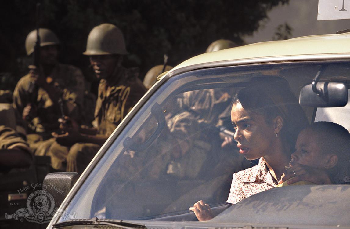"""Кадр из фильма """"Отель «Руанда»"""", 2004"""