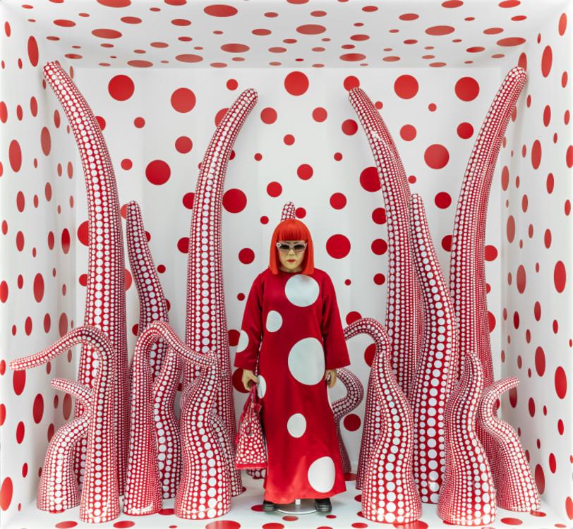 Манекен Яёй Кусамы у входа в бутик Louis Vuitton