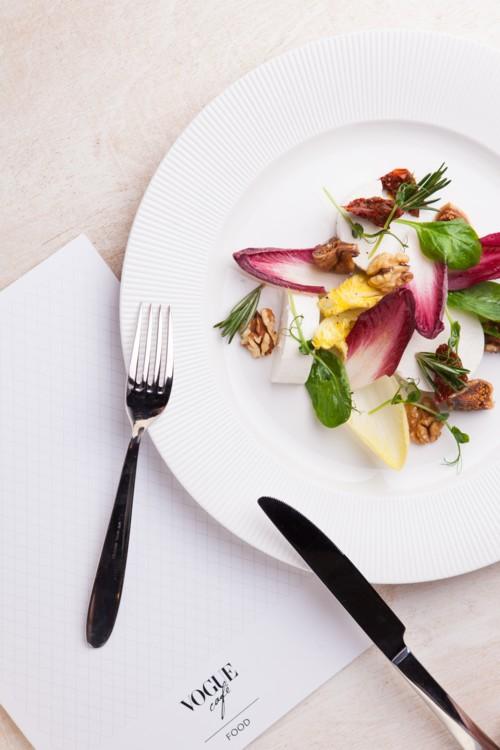 Салат из цикория с инжиром, грецким орехом, шпинатом и фетой