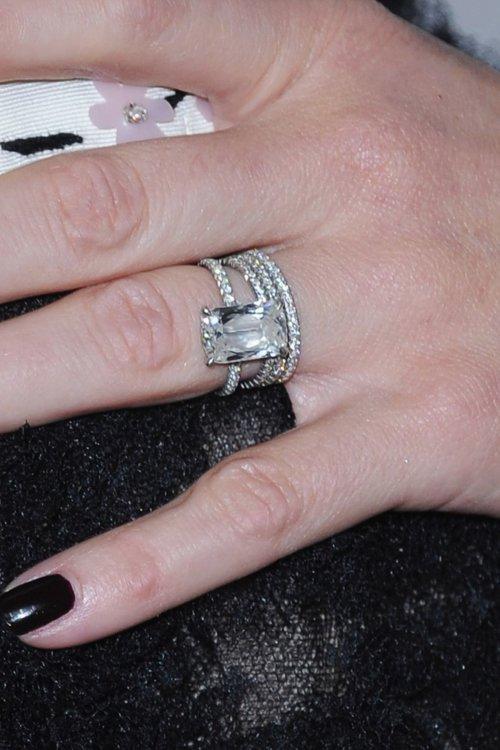 У Риз Уизерспун кольцо эксклюзивного дизайна авторства Уильяма Голда. Его стоимость – 250 тысяч долларов.