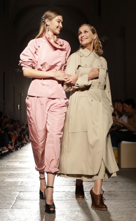 Джиджи Хадид и актриса Лорен Хаттон, Bottega Veneta Spring Summer 2017