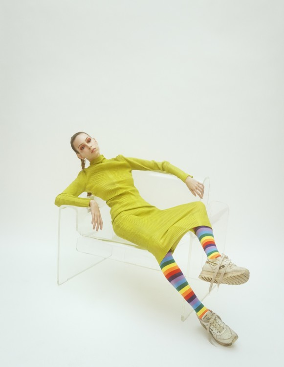 Топ і спідниця – Kenzo, взуття та шкарпетки – власність стиліста