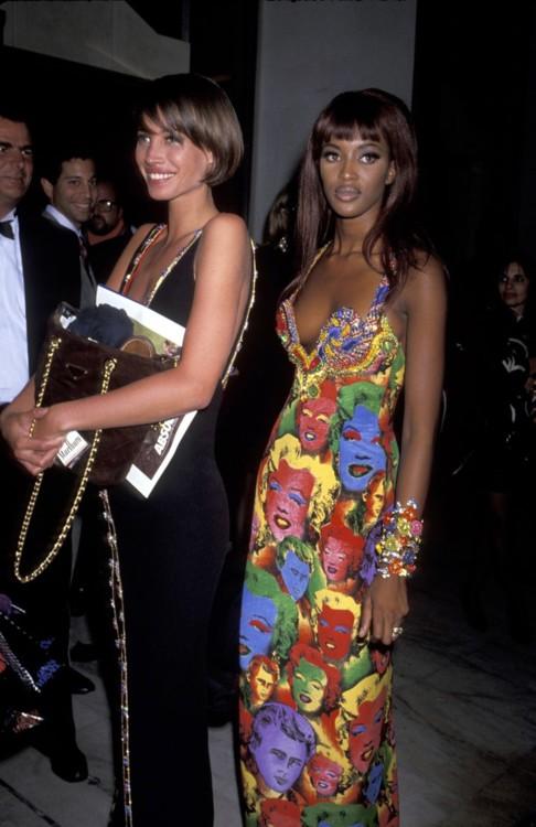 Кристи Тарлингтон и Наоми Кэмпбелл в платьях Versace на благотворительном гала-вечере в Лос-Анджелесе в феврале 1991 года