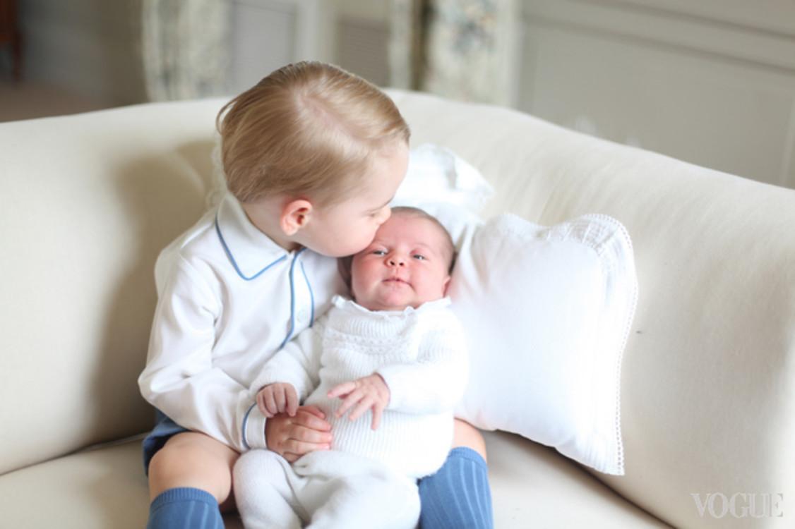 На фото, сделанном Кейт Миддлтон, принц Георг заботливо целует свою сестру, которой исполнился месяц