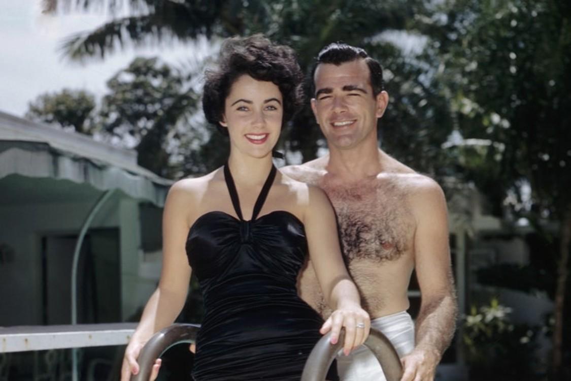 Элизабет Тейлор впервые обручилась с Уильямом Паули-младшим, сыном посла США Уильяма Д. Поули, в 1949 году. Обручальное кольцо с бриллиантом огранки «подушка» положило начало ювелирной коллекции 17-летней девушки.