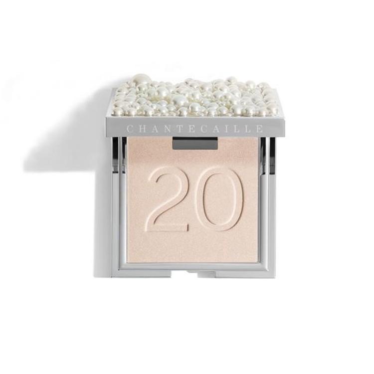 На честь 20-річного ювілею марки виходить пудра з ефектом сяяння Moonlit Perle Glow Powder, Chantecaille, з перлами в складі – і на упаковці. Пудра ніжна, повітряна, прозора – універсальна. Лімітований випуск.