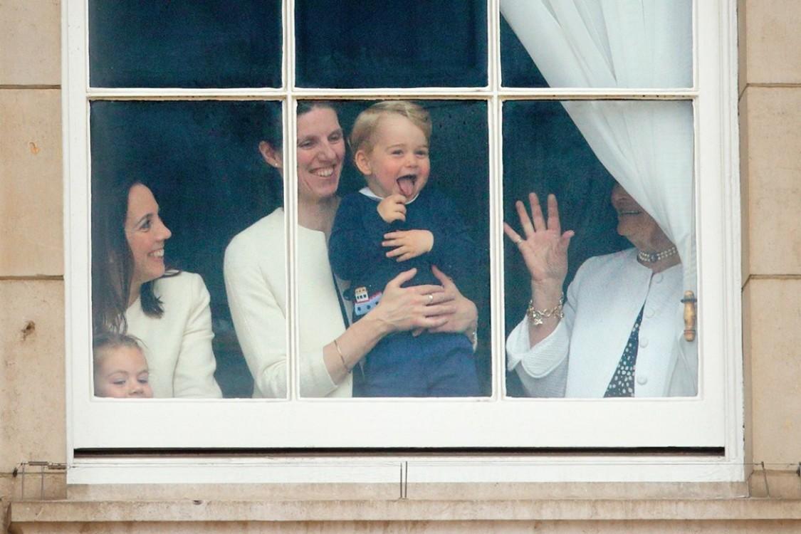 Принц Георг со своей няней Марией Терезой с восторгом наблюдает за парадом Trooping the Colour из окна Букингемского дворца