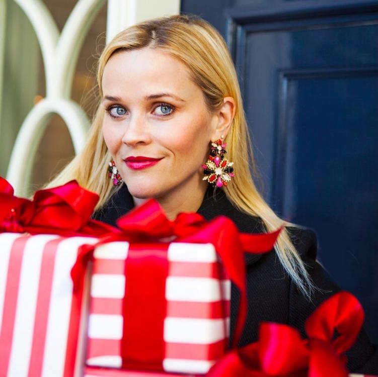 """Риз Уизерспун сообщает в инстаграме: """"То чувство, когда ты знаешь, что есть подарки для всех в твоем списке"""""""