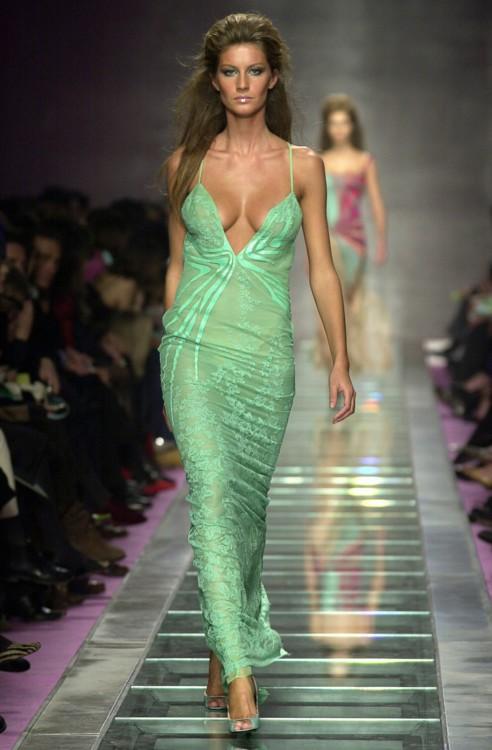 Жизель Бюндхен на показе Versace весна-лето 1999