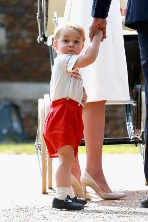 Принц Георг во время крестин своей младшей сестры принцессы Шарлотты