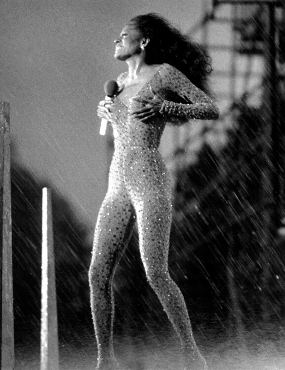 Злива з поривами вітру до 55 миль в годину під час безкоштовного концерту Даяни Росс у Центральному парку, 1983