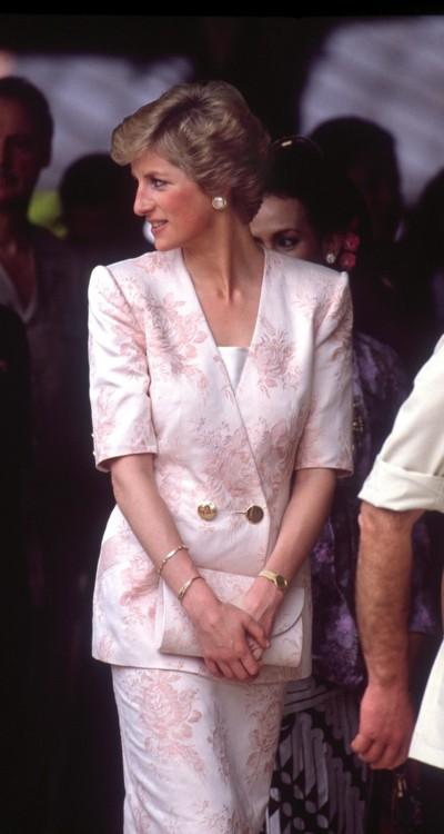 Принцесса Диана в костюме Catherine Walker в Индонезии