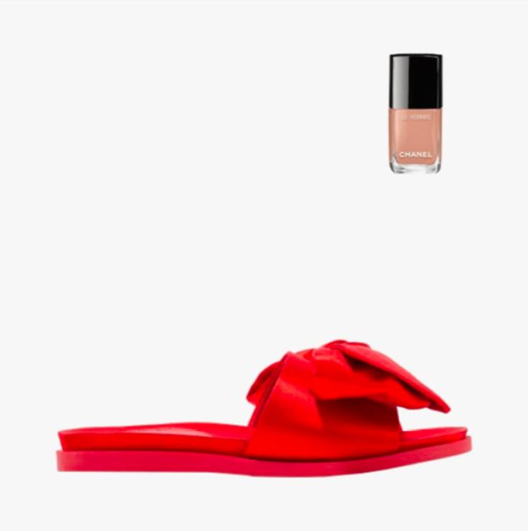 Атласные шлёпанцы Simone Rocha, лак для ногтей Chanel Le Vernis в оттенке Beige Beige