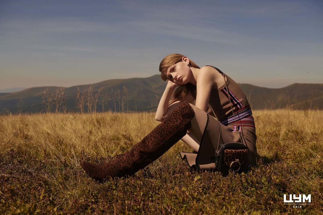 Топ, юбка, все – Diane von Furstenberg; ботфорты, Aquazzura; сумка, See by Chloe