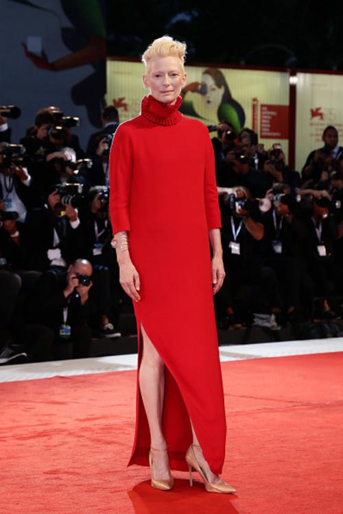 """Тільда Свінтон у Haider Ackermann на прем'єрі фільму """"Суспірія"""" на Венеціанському кінофестивалі"""