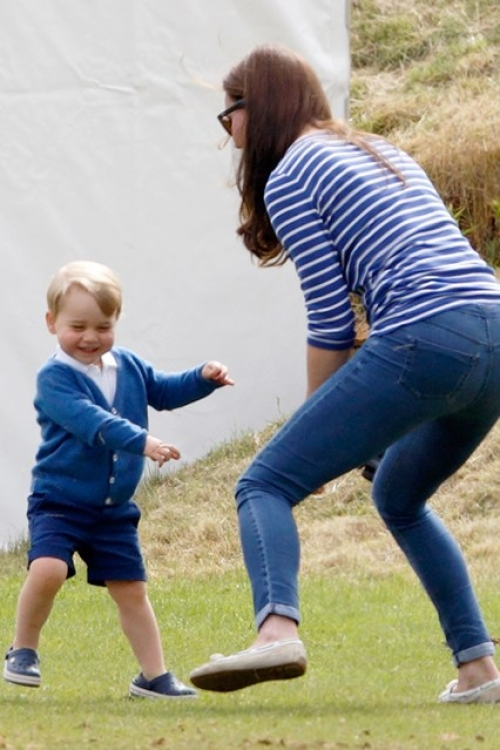 Принц Георг играет со своей мамой, пока его отец принимает участие в матче по конному поло в Глостершире