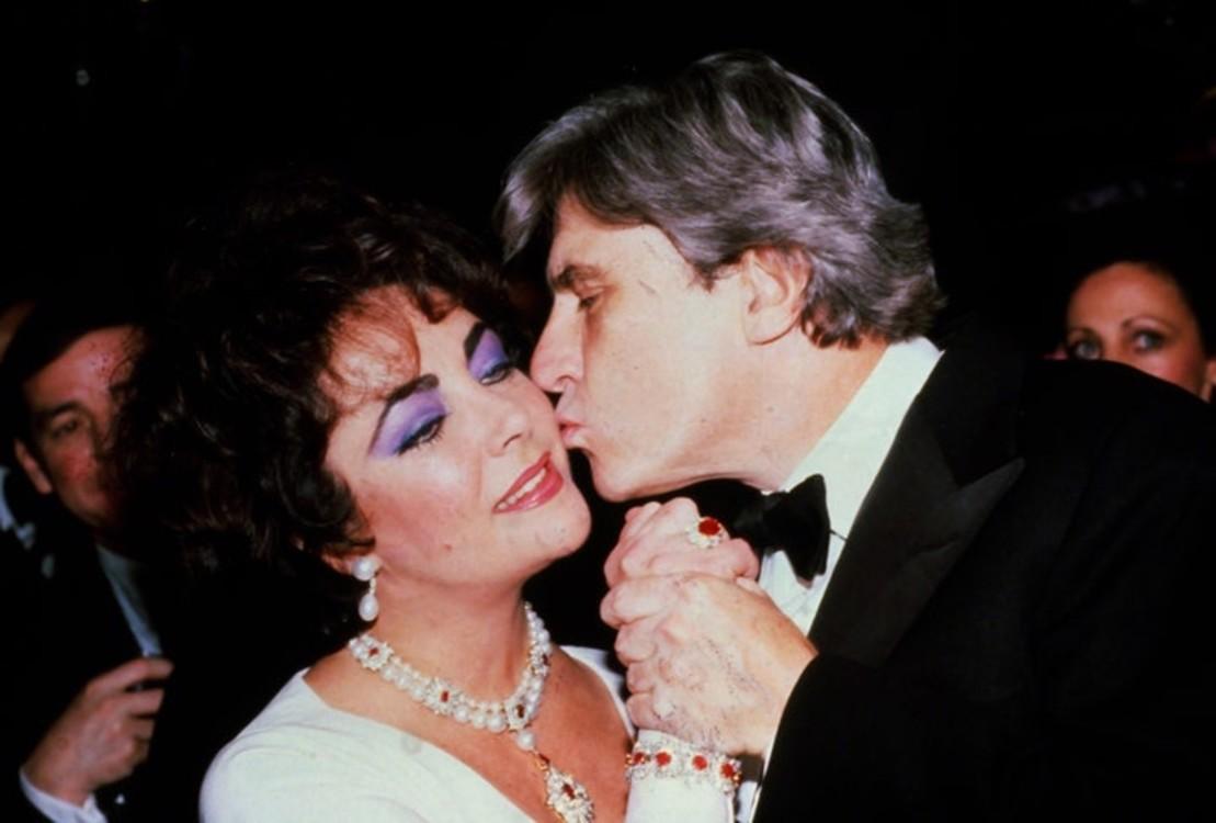 Тейлор вышла замуж за республиканского политика Джона Уорнера в 1976 году. Тогда он подарил ей обручальное кольцо из рубинов, изумрудов и бриллиантов.