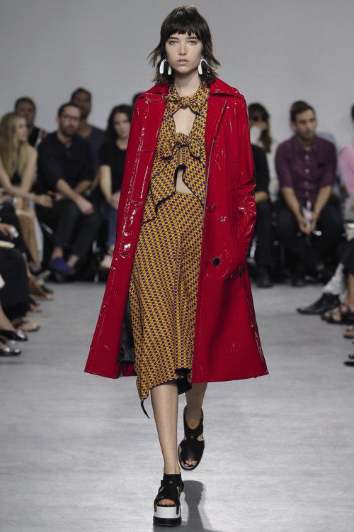 «Это мой любимый образ сезона: обожаю носить пальто с легкими летними платьями»