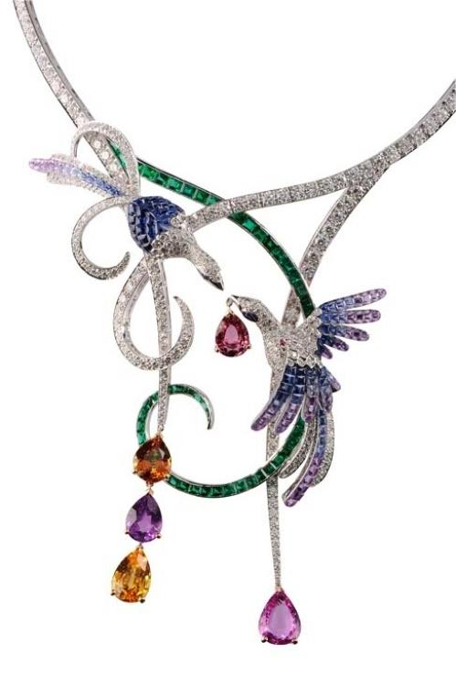 Колье Oiseaux de Paradis, белое золото, бриллианты, изумруды, синие, желтые, лиловые и розовые сапфиры, Van Cleef & Arpels