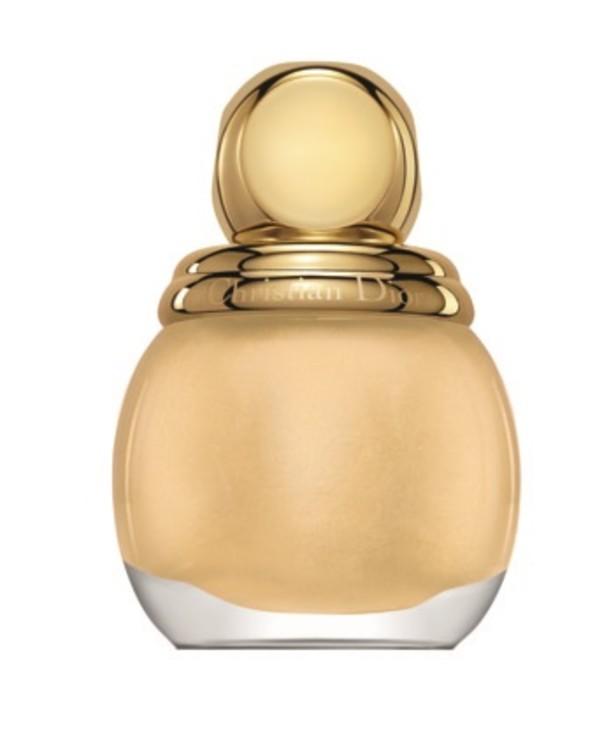 Подобрать помаду под лак Diorific Vernis № 220 Promesse, Dior, вряд ли получится, да и незачем: золотой акцент на кончиках пальцев – самодостаточное украшение. Лимитированный выпуск.